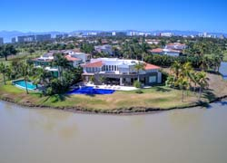 Casa del Lago. Imposing house with the best location in the exclusive community El Tigre Golf and Country Club